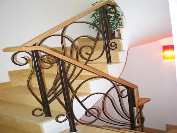 Balustrada din fier forjat cu mana curenta de lemn