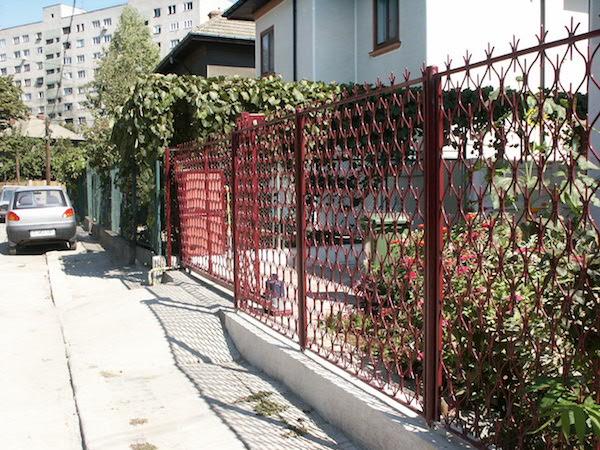 Gard cu poarta din fier forjat