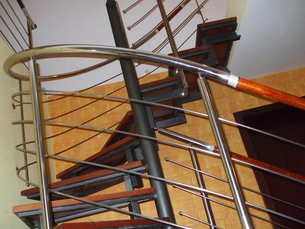 Scara de otel cu balustrada de inox cu insertie de lemn