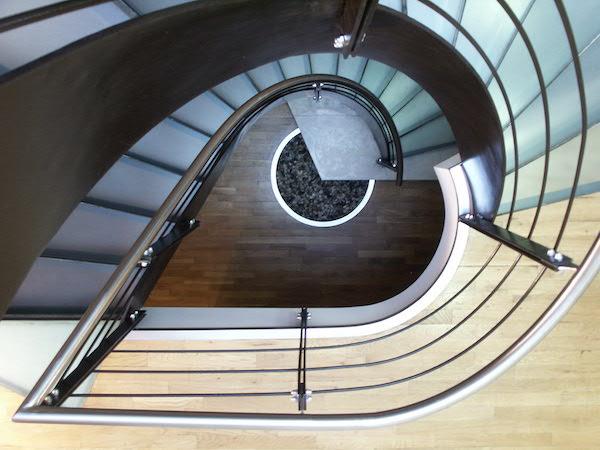 Scara cu balustrada de inox cu trepte de sticla